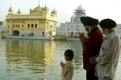 Sikhs pray at the Golden Temple in Amritsar, 17 Sept 2001/Rajesh Bhambi) Reuters
