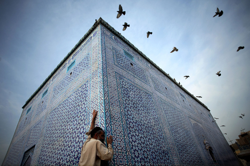 Aaron Huey, Sufi shrine in the city of Multan, Pakistan