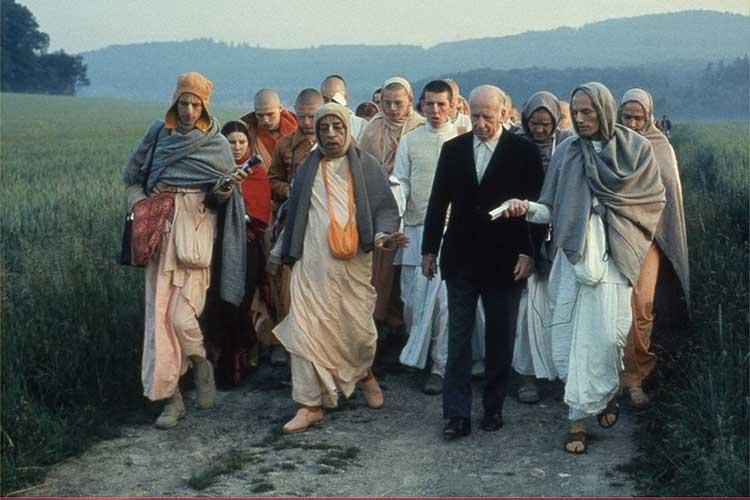 Dürckheim on a morning walk with Swami Prabhupada in Frankfurt in June 1974 (Wikipedia)